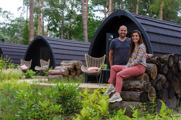 Charlotte Vredebregt en haar man Heinze Baars voor de cottages van KampinaStaete, het nieuwe vakantiepark in Oisterwijk.