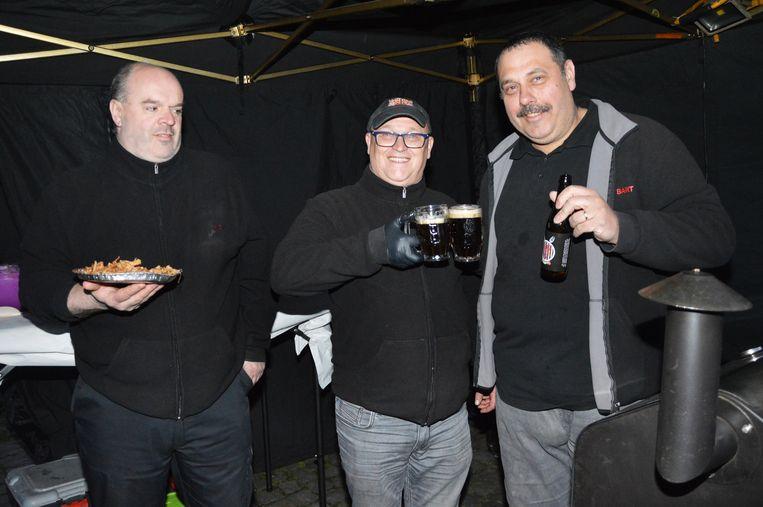 Enkele leden van Wettels On Fire met het nieuwe BBQ-bier.