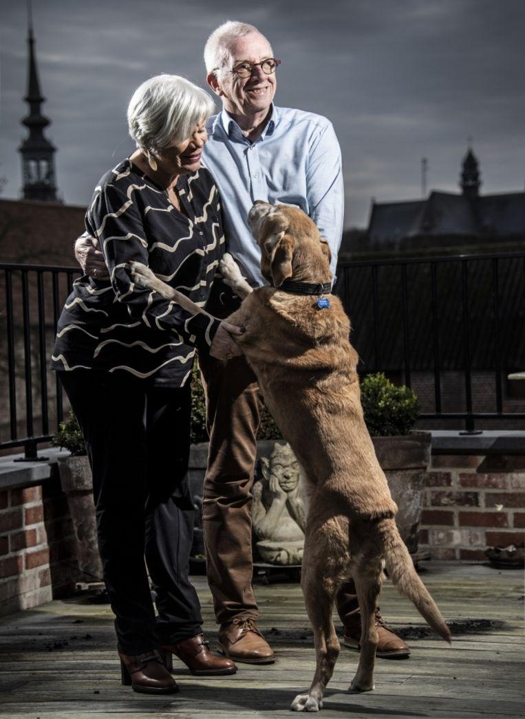 'Zenn hoort hier thuis. Ze is als een soort kleinkind voor ons.' (Foto: met Mariekes assistentie-hond Zenn.)' Beeld