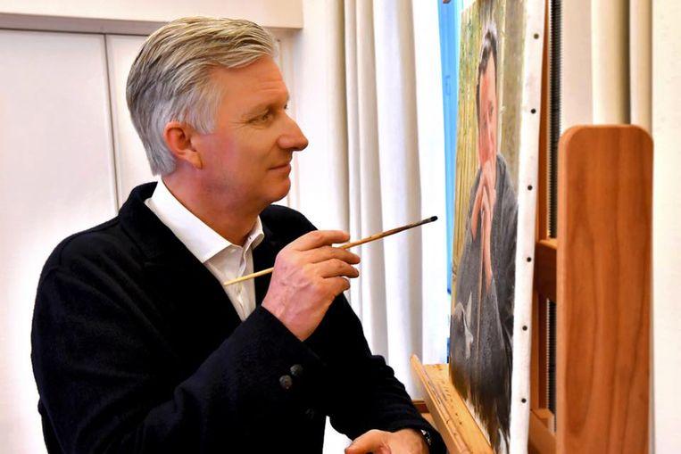 Op deze foto in april is te zien hoe koning Filip aan het portret van koning Boudewijn werkt.