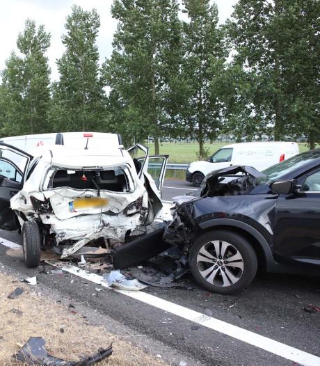 Verbinding A2 met A15 naar Nijmegen bij Deil uren dicht na stevige aanrijding