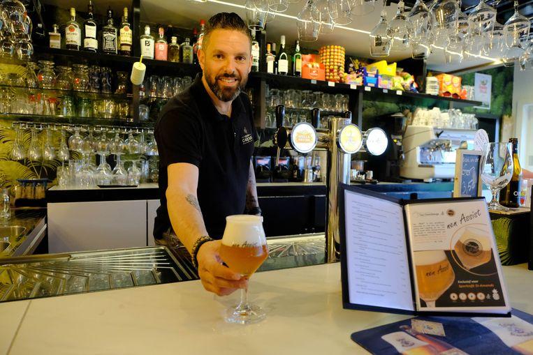 Nick Walravens van het Sportcafé stelt zijn huisbier 'nen Assist' voor.