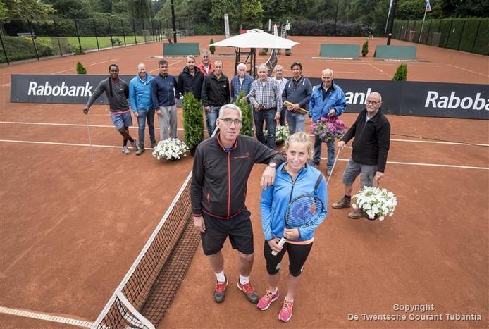 Ad Luttikhuis met dochter Nikki en op de achtergrond de vrijiwilligers die het toernooi mogelijk maken