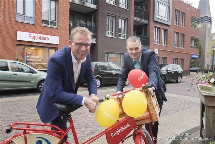 Jos Beernink (rechts) en Jean Paul Deterink van Regiobank kregen naar eigen zeggen de afgelopen dagen veel telefoontjes van klanten van Rabobank die willen overstappen naar Regiobank. De Rabobank sluit het kantoor in Geesteren op 1 december.
