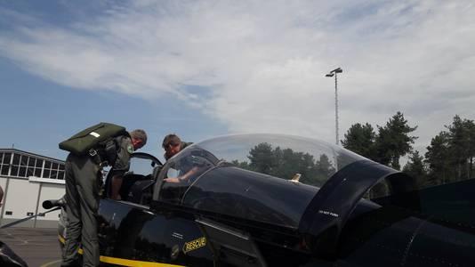 """Majoor Harm Cazemier (links, op de rug) is tevreden over de vernieuwde cockpit. ,,Hij is een stuk nauwkeuriger."""""""