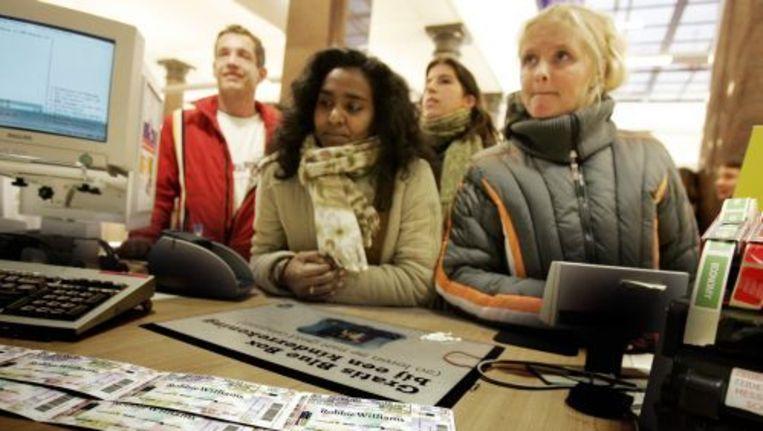 Mensen staan in de rij om een concertkaartje te bemachtigen. ANP Beeld