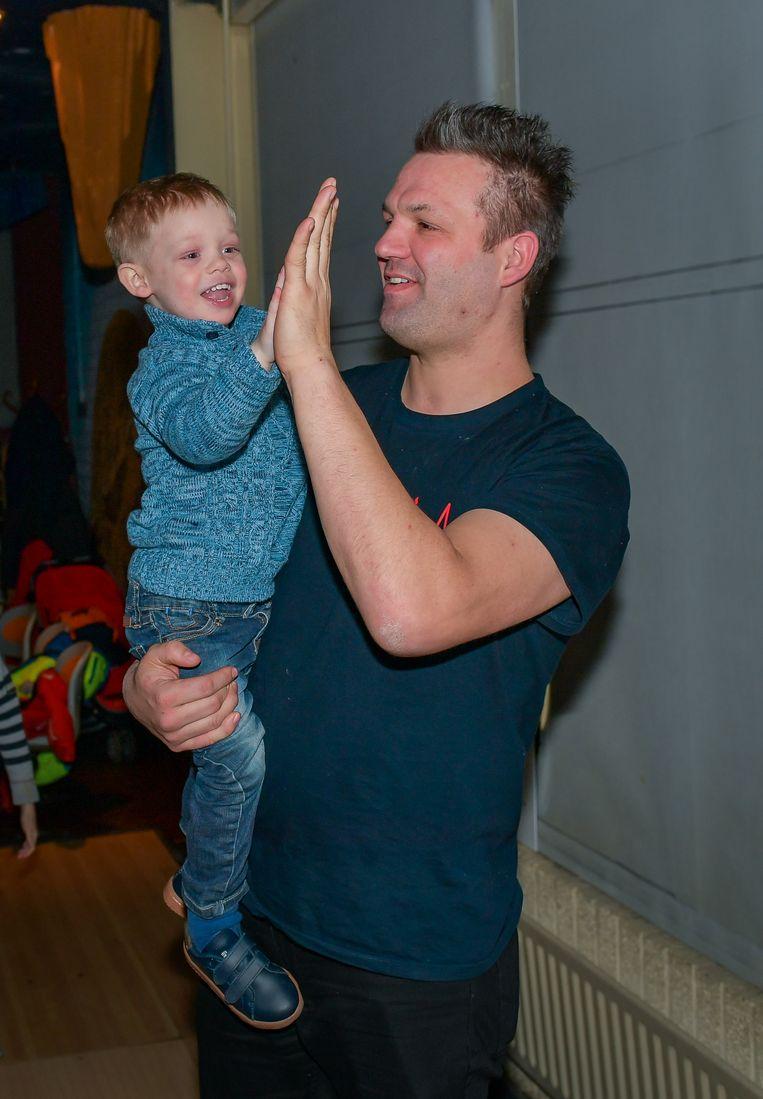 Gelukkig mag Tiele op z'n eigen schoentjes de baan op - én doet hij het goed, met wat hulp van z'n papa.