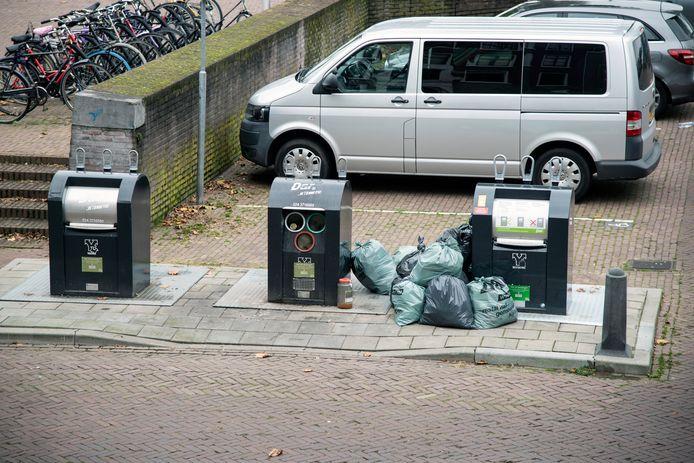 De ondergrondse container aan de Oude Haven, met illegale zakken.