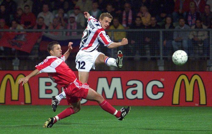 Dmitri Sjoekov (r) haalt uit voor Willem II in de Champions League tegen Spartak Moskou. Links Bushmanov.