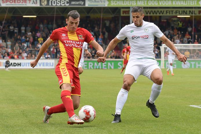 Go Ahead Eagles-spits Antoine Rabillard (links) in duel met een speler van Konyaspor.