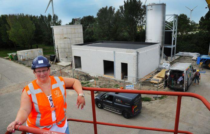 Omgevingsmanager Daniëlla Helmendach van het waterschap bij de nieuwbouw op het terrein.