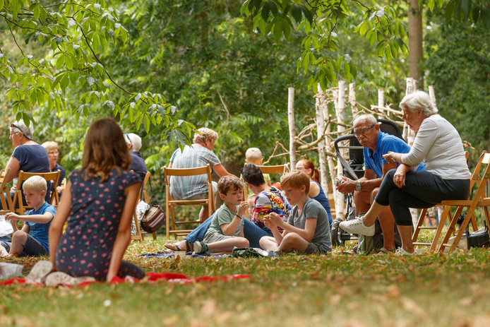 Oudenbosch - 11-7-2018 - Foto: Marcel Otterspeer / Pix4Profs - Voor het eerst was er een picknick in het Arboretum, voorafgaand aan spelletjes, speurtocht en  andere kinderactivteiten.