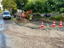 Gesprongen leiding zorgt voor modderstroom in Apeldoorn: tientallen woning zonder water