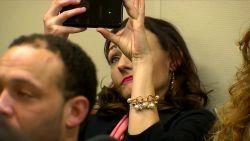Beschuldigd van kidnapping, toch neemt beklaagde selfies in de rechtbank