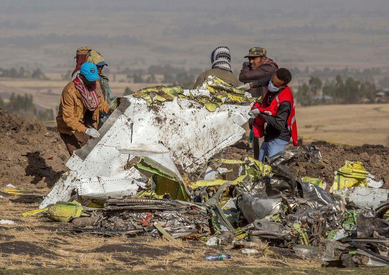 Reddingwerkers bij het vliegtuigwrak van Ethiopian Airlines, na de grootste crash van 2019 met 157 doden. Beeld AP
