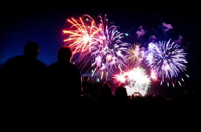 Vuurwerk kan volgens D66 en GroenLinks beter in een georganiseerde show worden afgestoken.