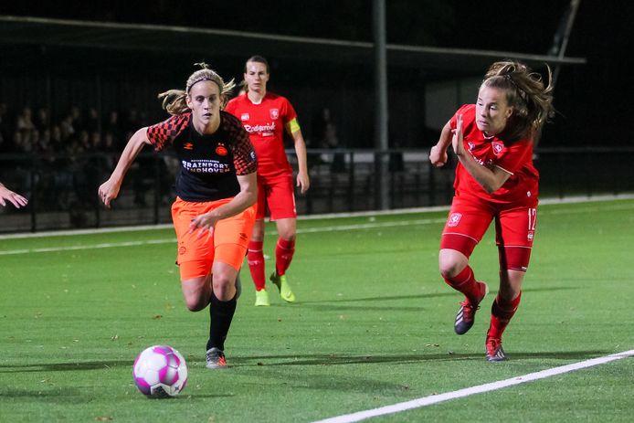 Katja Snoeijs (links) was namens PSV goed voor 2 treffers.