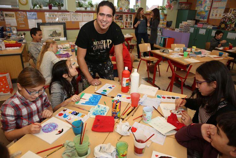 Kunstenaar Michael Peetermans helpt de kinderen bij het aanboren van hun creativiteit.