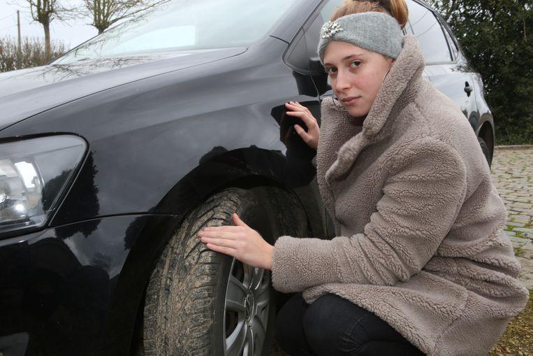 S. D. controleert bij thuiskomst steeds de banden van haar wagen.