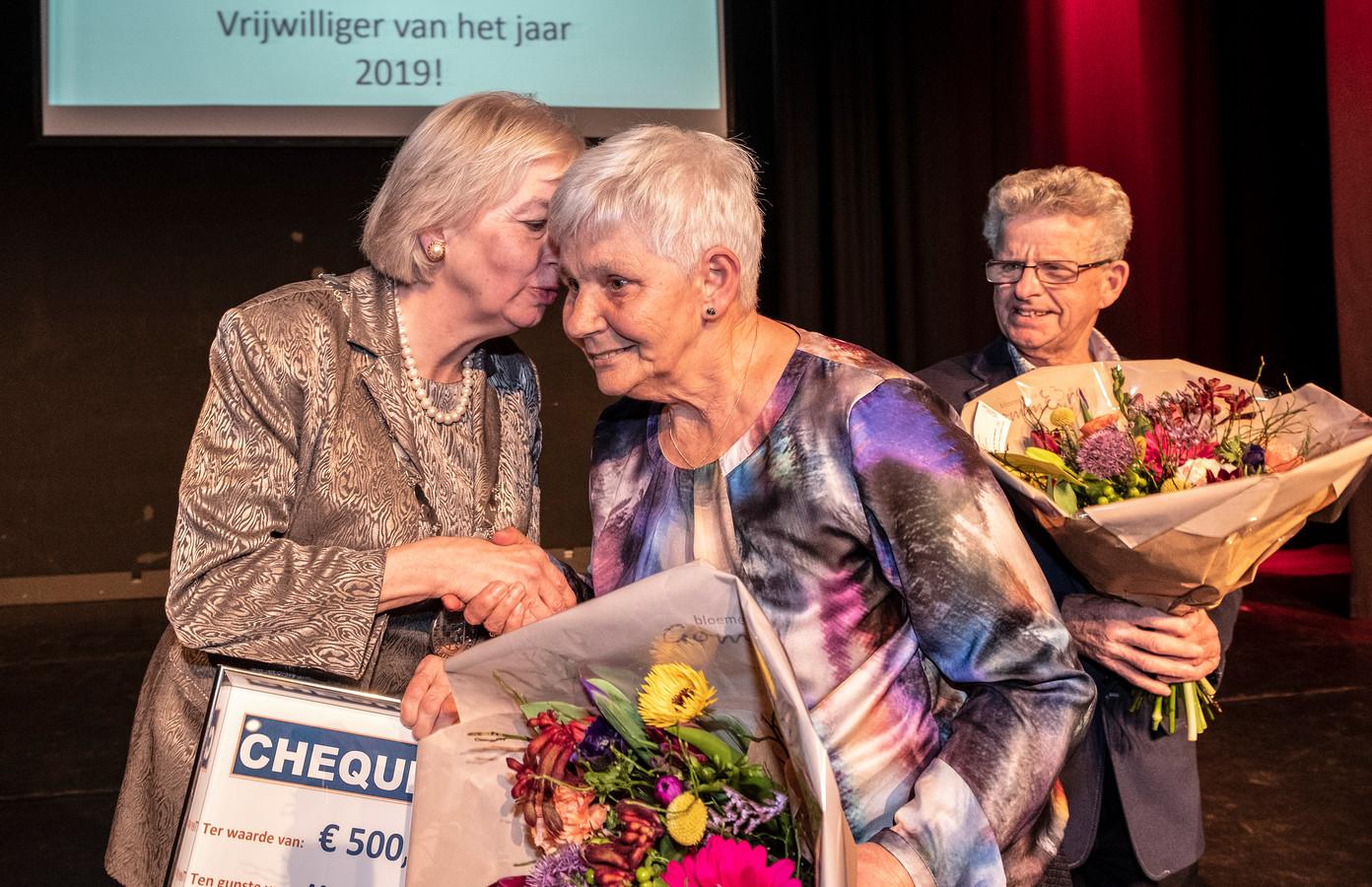 Riet van Melis (r) heeft even een onderonsje met burgemeester Marriët Mittendorff van de gemeente Heumen.