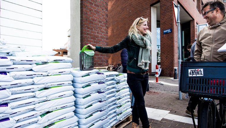 Bewoners van het Java-eiland in Amsterdam krijgen gratis zakken compost Beeld Freek van den Bergh / de Volkskrant