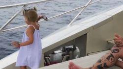 "Meisje (4) gooit papa's gsm in zee ""omdat hij hem te veel gebruikt"""