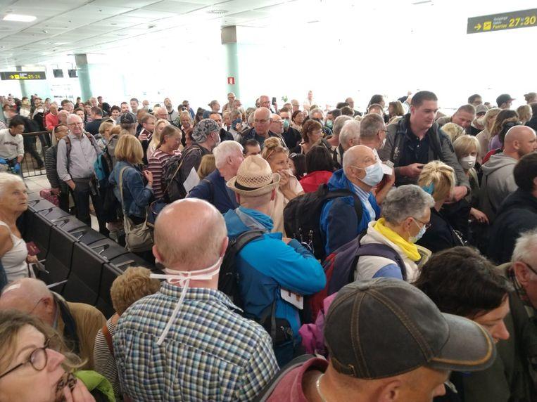 Hallucinante taferelen op de luchthaven in Tenerife: meer dan 600 toeristen moeten door 1 poortje om hun boardingsbewijs te tonen.