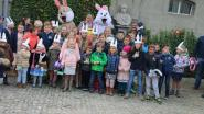 Kinderen zoeken paaseieren in kasteelpark Baron Casier