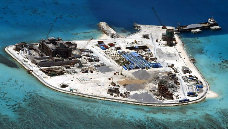 Een van de kunstmatige eilanden die China heeft opgetrokken in de Zuid-Chinese Zee. Beeld epa