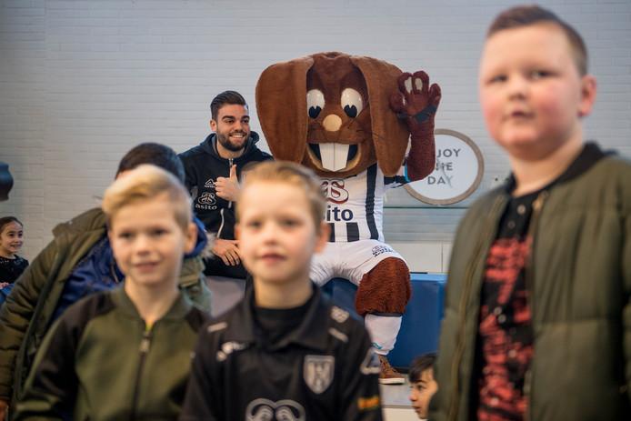 Robin Pröpper, speler van Heracles, spreekt videoboodschappen in om leerlingen te motiveren.