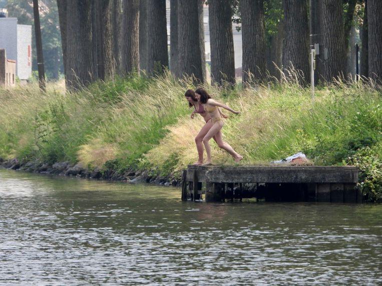 Twee meisjes wagen zich aan een duik in het kanaal Gent-Brugge.