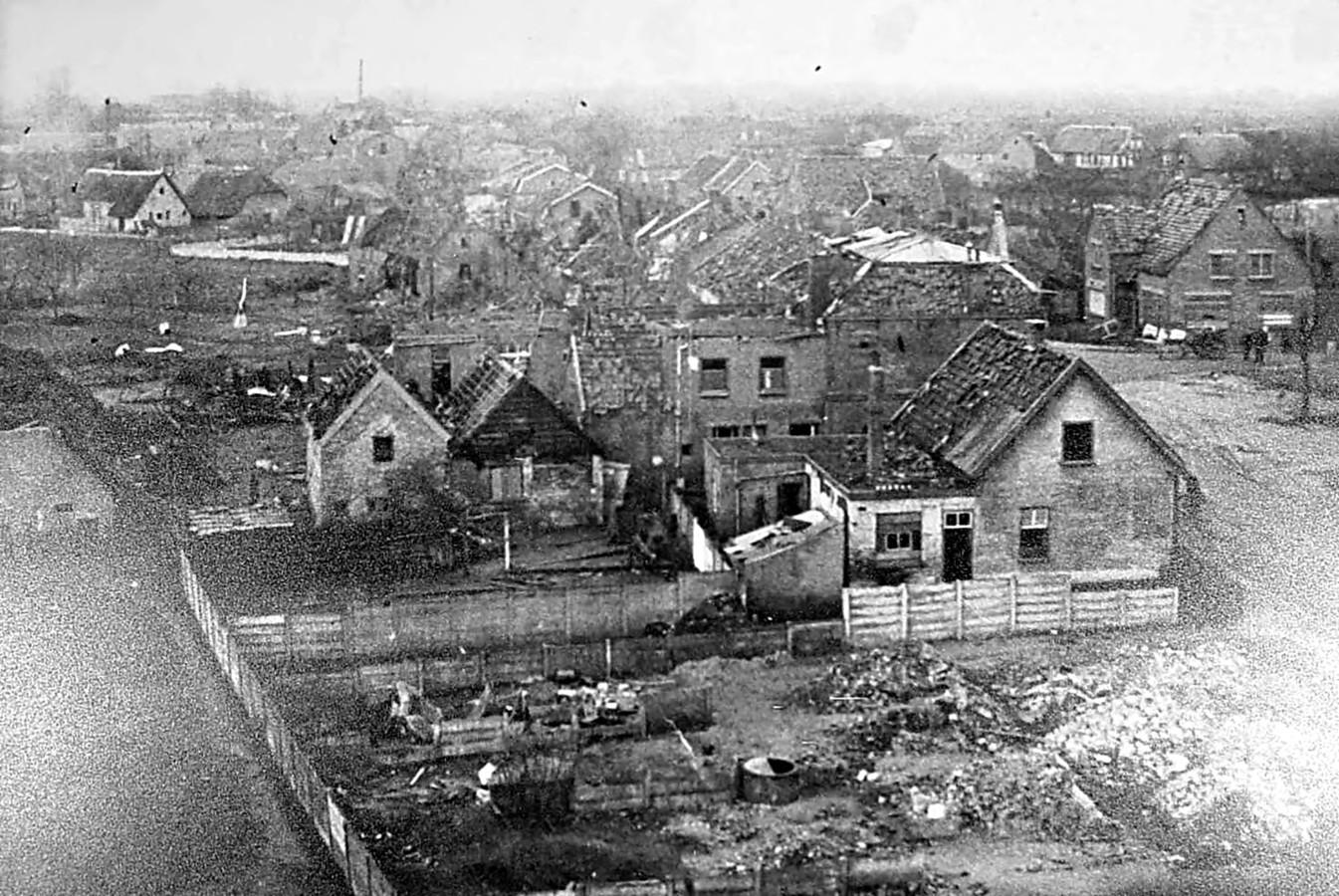 Ravage op het Plein in Vlijmen, na de V1-inslag op 4 maart 1945. Het meest rechtse gebouw is het huidige restaurant De Kluis.