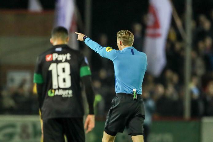 Scheidsrechter Van der Eijk legt de wedstrijd stil.