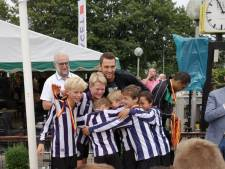 Voordeeltje Oranjeloos-WK; Stefan de Vrij heeft tijd voor hug