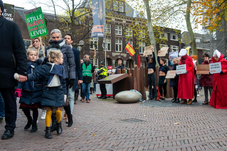 Links een demonstratie tegen, rechts een demonstratie voor abortus. Utrecht, eind 2019.