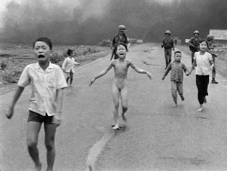 Kim Phúc en enkele familieleden vluchten via Highway 1 nadat hun dorp is gebombardeerd met napalm door de Zuid-Vietnamese luchtmacht. De familie schuilde in een tempel tijdens de gevechten. Beeld ap