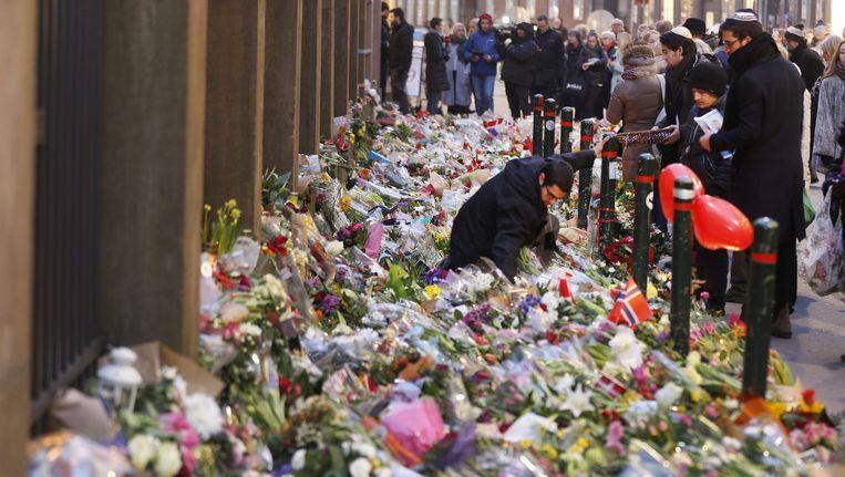 Bloemen aan de synagoge in Kopenhagen.