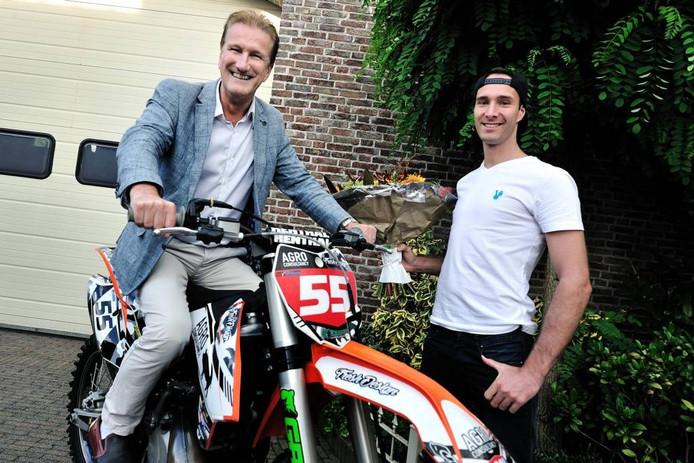 Europees motorcrosskampioen Mike Kras (r) krijgt felicitaties van wethouder de Waal, die als fervent fan van het motorcrossen, even op de motor van Kras mocht zitten. Foto peter van trijen/pix4profs