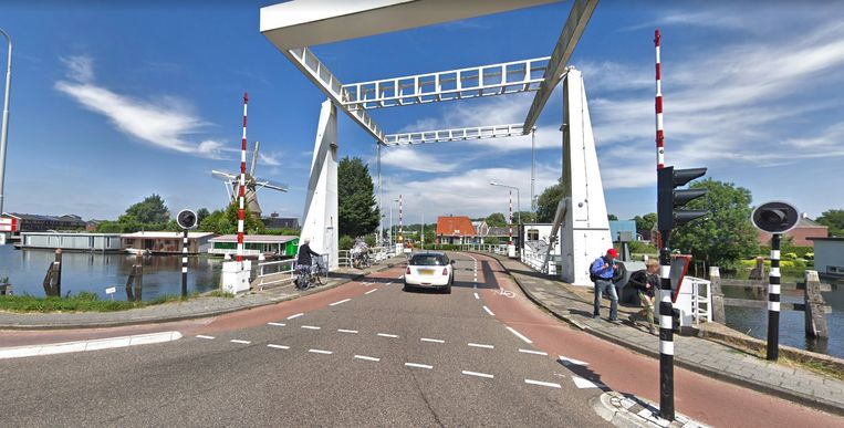 De Sloterbrug en links de Molen van Sloten Beeld Google Streetview