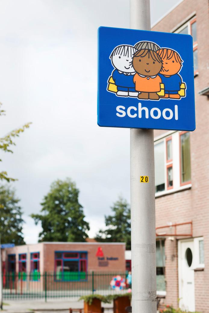De attentieborden komen bij alle scholen.