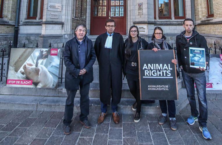 Animal Rights en Gaia voerden actie aan de rechtbank van Ieper naar aanleiding van een rechtszaak tegen de zaakvoerder van het Exportslachthuis in Tielt.