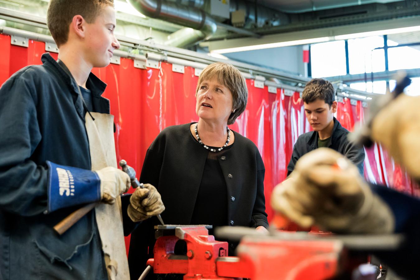 Rector-bestuurder Hanneke Koster in een technieklokaal  van locatie De Waard van het Cambium College.