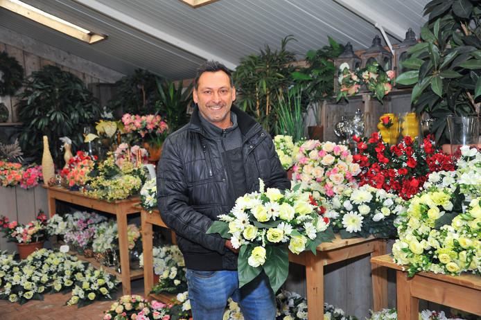 Patrick Verstappen  van bloemenzaak Flora in Helmond: 'Voor veel mensen kan het huren van een grafstukje een uitkomst zijn.'