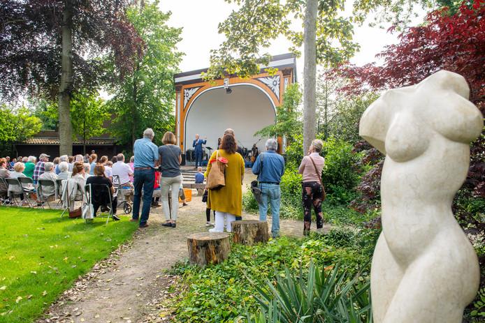 Breda Pix4Profs/René Schotanus. Burgemeester Mark Buijs houdt een korte toespraak om ivm de opening van stadstuin De Schelp met kunsttentoonstelling.