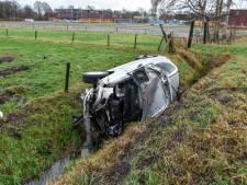 Auto belandt in de sloot in Vriezenveen: twee gewonden