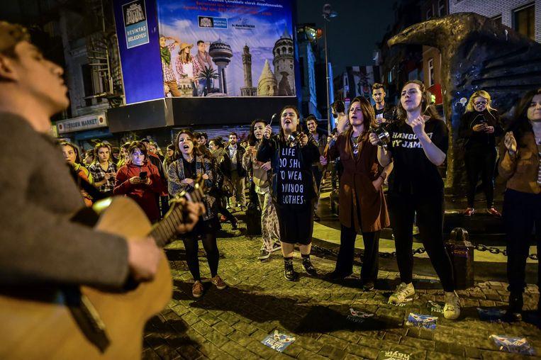 Aanhangers van het 'nee'-kamp bij het referendum protesteren tegen de uitslag in Istanbul. Beeld AFP