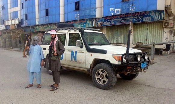 Taliban voor een VN-jeep die ze hebben buitgemaakt in Kunduz.