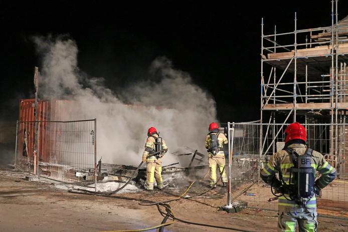 Bouwkeet in brand aan de Frisostraat op Urk. Het is de zoveelste brand in de afgelopen weken op Urk.