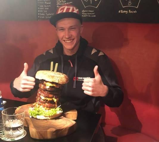 Werner Blankestijn waagde zich vorige week aan de Big Daddy 9 Dubbel-Upp, een hamburger van 2,7 kilo rundvlees.
