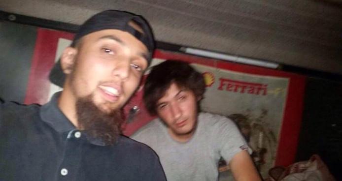 Marouane B (rechts) in een still uit een video, naast Abu Dauoud.